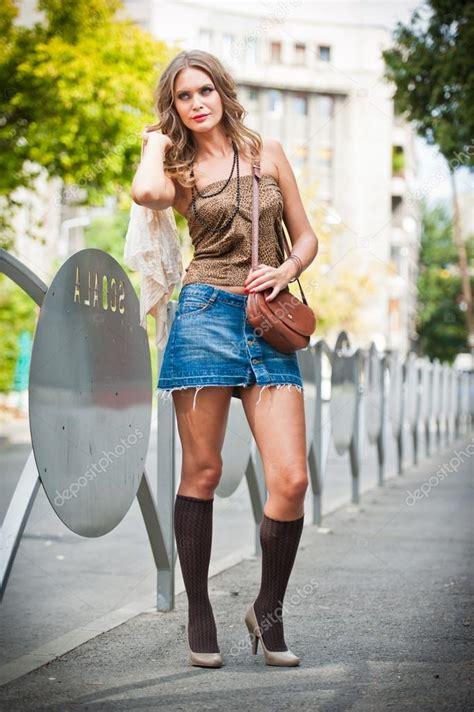 Sprei Chika Pink 100x200x40 Cm chica de moda con falda corta bolso y tacones caminando