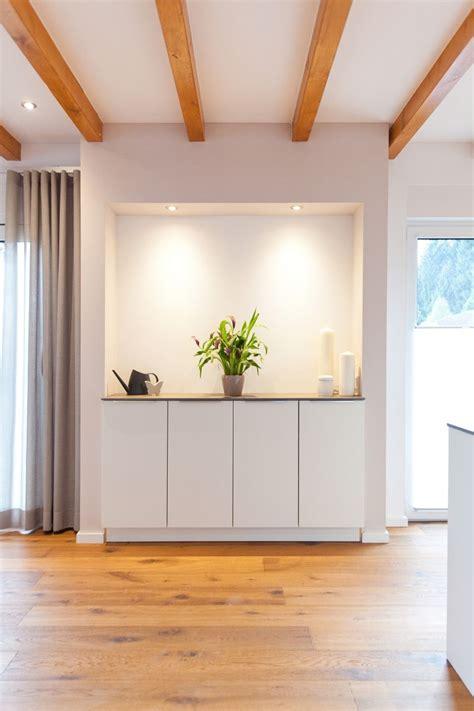 küchentapeten landhausstil wei 223 e k 252 che modern in szene gesetzt im landhausstil mit