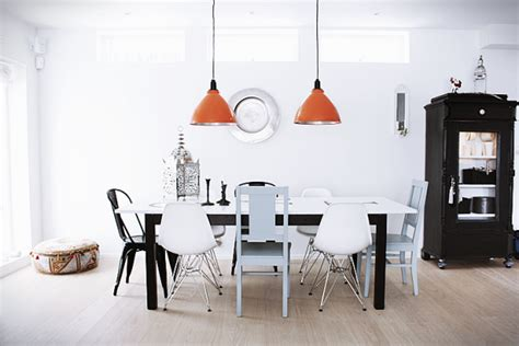 verschillende stoelen om de eettafel