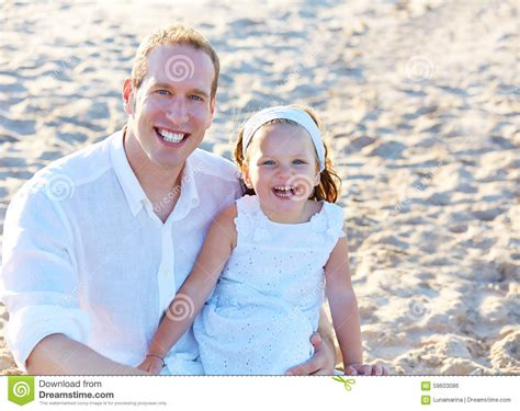padre manosea la hija el padre y la hija en la playa enarenan juntos foto de