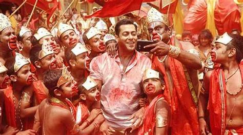 song salman khan bajrangi bhaijaan s selfie le le re required 100 trucks