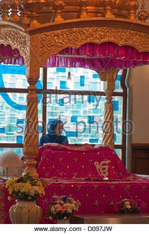 guru granth sahib bedroom female granthi reading the guru granth sahib on manji