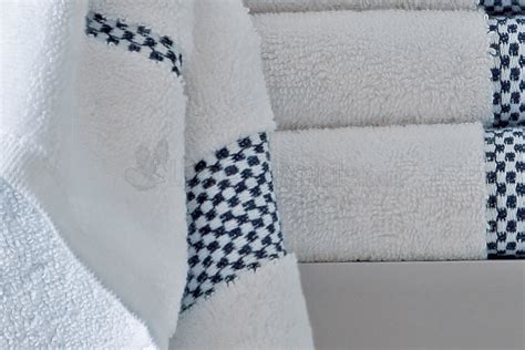 E Domino Navy Linge De Toilette Brod 233 Domino Navy Blanc Des Vosges