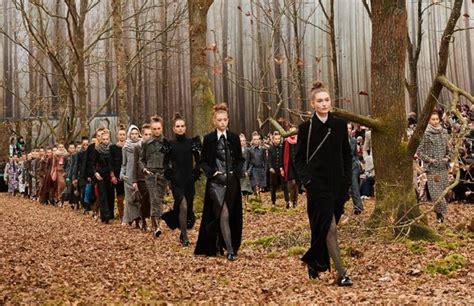 Decor Foret by Le D 233 Fil 233 De Mode De Chanel Dans Un D 233 Cor De For 234 T Ses