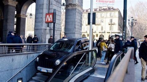 parcheggio porta nuova torino torino imbocca in auto le scale d accesso alla