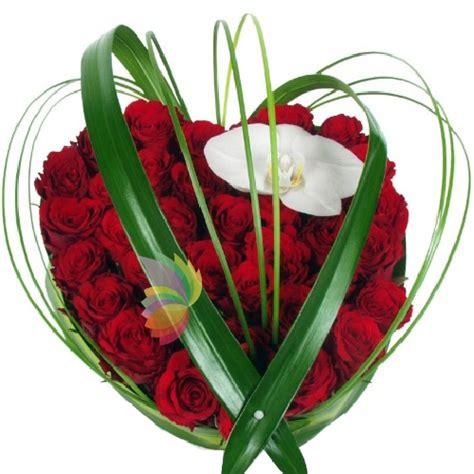 fiore a forma di cuore composizione a forma di cuore con rosse e un fiore di