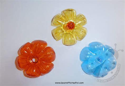 fiori con i fiori con bottiglie di plastica e cannucce