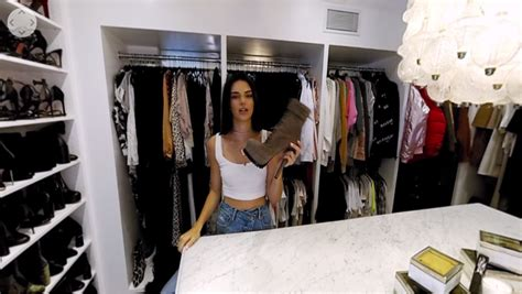 Kendall Jenner Closet by Kendall Jenner Takes You Inside Closet In Vr Vrscout