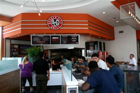 Burger City Grill by 식당으로 들어서니 손님들로 가득 차있다