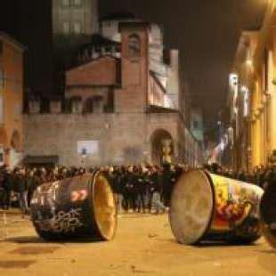 guerriglia a bologna caos all universita la polizia