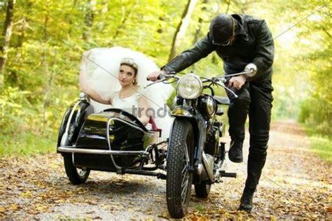 Motorrad Mit Beiwagen Für Hochzeit by Braut Und Br 228 Utigam Fahren In Motorrad Mit Beiwagen Zur