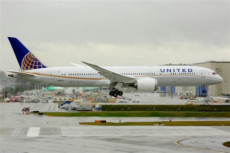 united airlines returns to paine field with new services airways n26952 at paine field