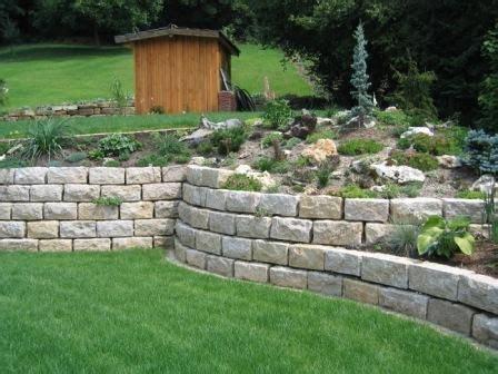 Feuchte Gartenmauer