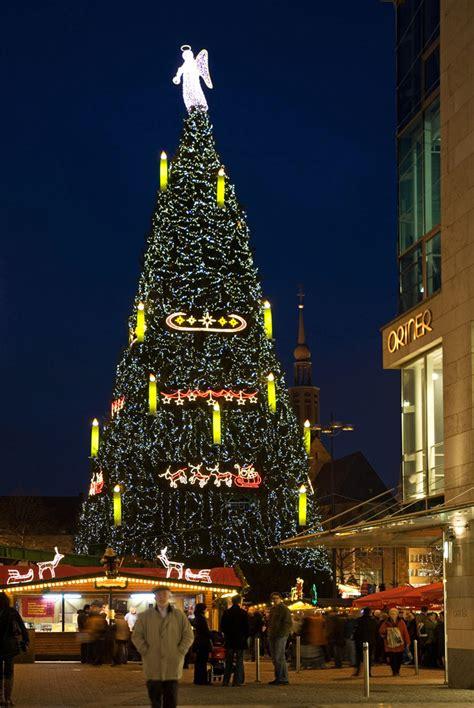 gro 223 er weihnachtsbaum in dortmund foto bild