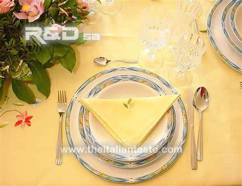 come disporre i bicchieri a tavola tavola elegante per il compleanno di un adulto