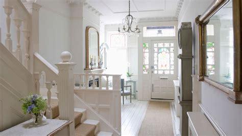 decorar recibidor pequeño oscuro papel pintado para entradas mueble de entrada puertas
