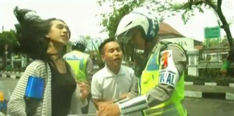 Ogah Ngakak waria ini ogah ditilang karena gak pake helm alasannya