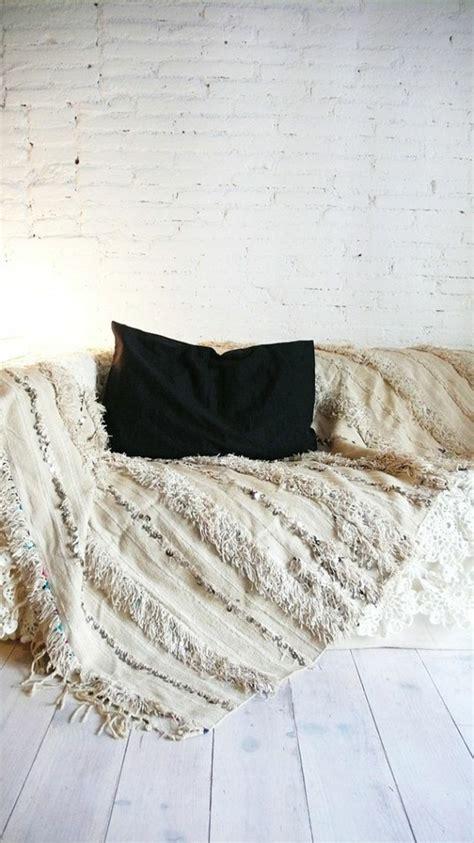plaid et jeté de canapé salon gris et pale