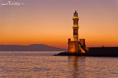 porto isola di creta tramonto a chania e faro all imboccatura foto chania