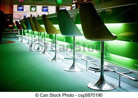 roeien kortrijk stock fotografie van stoelen bar groene lichten