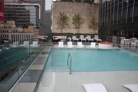 hton inn pool 洗面も広い picture of garden inn downtown dallas