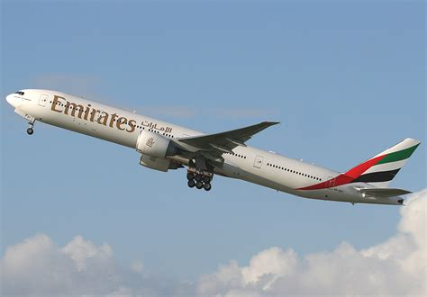 emirates boeing 777 300er file emirates boeing 777 300er spijkers jpg wikimedia