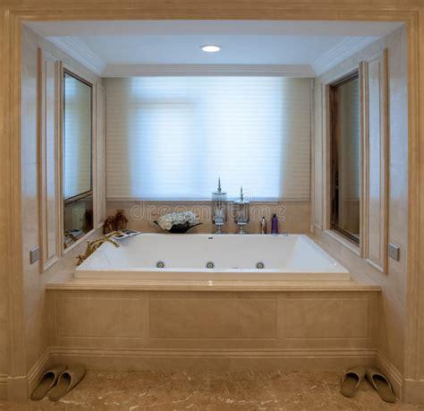 vasca da bagno quadrata vasca da bagno quadrata immagine stock immagine di