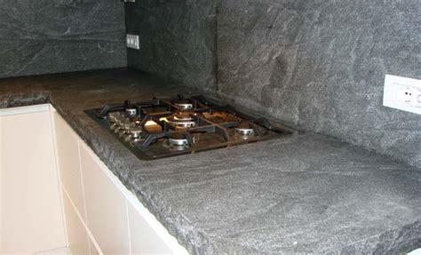 top cucina porfido tra basi e pensili in cucina lineatre kucita gli