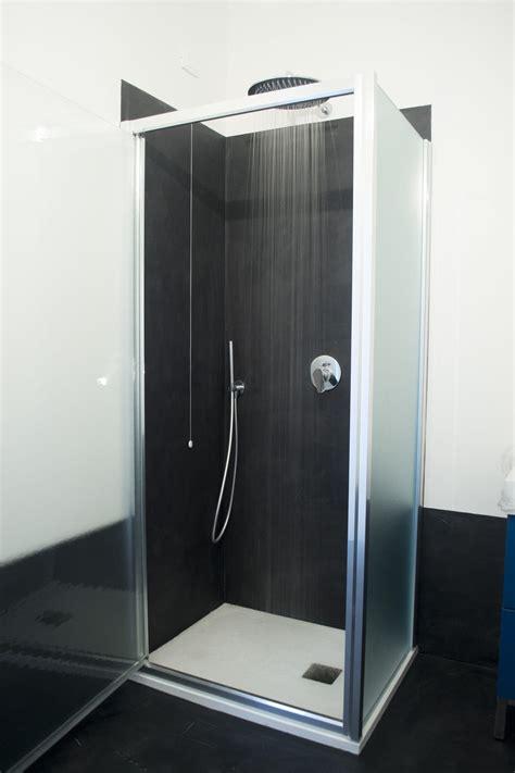resina per doccia pavimento resina nera per un bagno