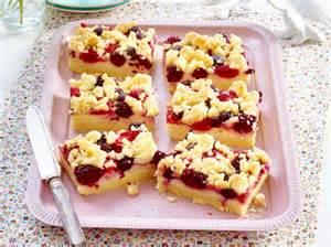 einfacher kuchen mit pudding streusel pudding schnitten mit beeren rezept lecker