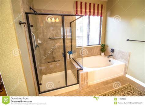 bagno moderno con vasca bagno moderno con la doccia e la vasca fotografia stock
