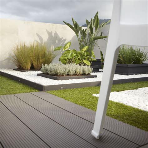 moderne überdachungen terrasse des lames en bois composite pour une terrasse moderne