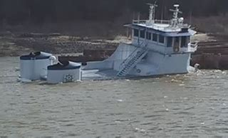 video towboat sinks on the mississippi workboat - Tow Boat Sinks In Memphis