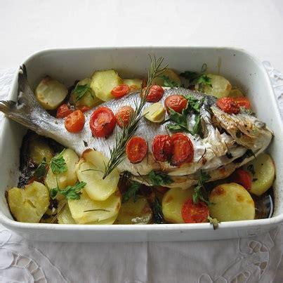 pesce su letto di patate orata al forno su letto di patate fresco pesce