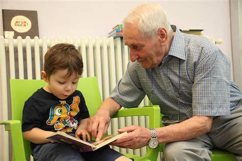 di cambiano scandicci firenze gli anziani aiutano i bambini nei compiti a casa