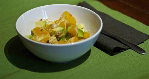 cucinare con l avocado insalata di avocado arance mandorle e noci mamme in