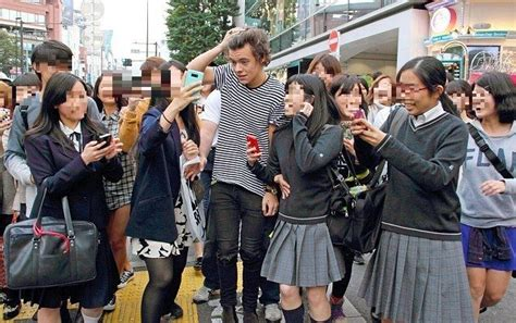 harry styles from one direction running from crazy fans ワンダイレクション ナイル 泣く