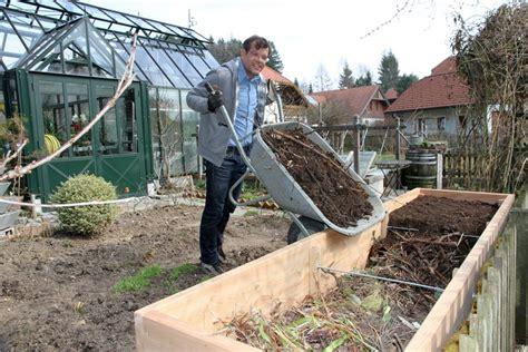 Wie Wird Ein Hochbeet Befüllt by Hochbeet Das Bequemste Beet Im Garten Ploberger