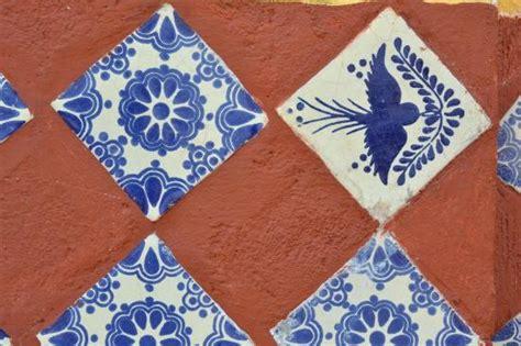 Los azulejos de Talavera sobre la pared color ladrillo