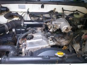 file toyota 2rz fe engine 1998 hilux jpg wikimedia commons