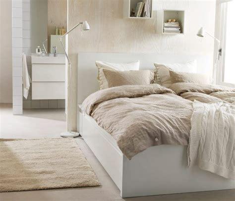 schlafzimmer bett hoch ein schlafzimmer mit naturmaterialien u a mit malm