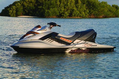motorboot jetski motorboot jetski boot mit sonnensegel und wakeboardtower