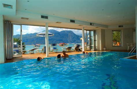 hotel con piscina termale interna ed esterna zona relax sul lago di garda piscina riscaldata spiaggia