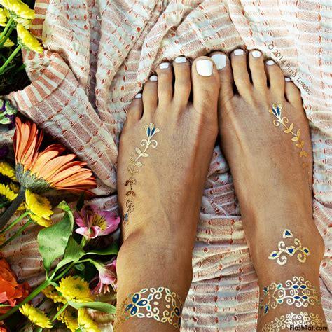 flash tattoo isabella tijdelijke tatoeages in goud en blauw bloemenmotief isabella