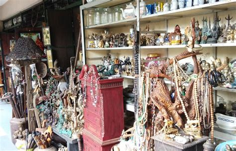 Barang Antik Di Pasar Triwindu 9 tempat wisata yang ada di kota yuk piknik