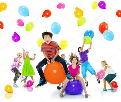 Imagenes De Niños Jugando Con Globos | multi 233 tnicos ni 241 os jugando con globos fotos de stock