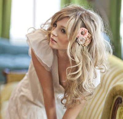 acconciatura con fiore acconciature sposa capelli sciolti con fiori