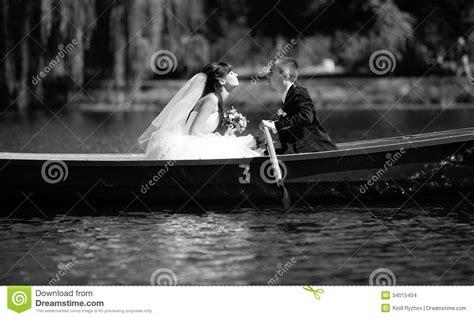 imagenes beso blanco beso blanco y negro en barco imagenes de archivo imagen