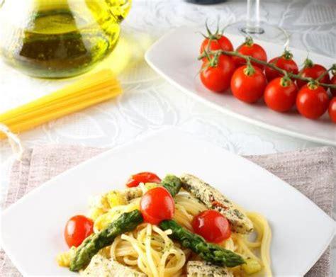 come cucinare gli asparagi con la pasta spaghetti con asparagi e pesce spada la ricetta per