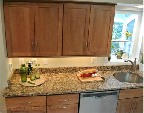 giallo fiorito granite with oak cabinets need help with granite for knotty alder cabinets floor